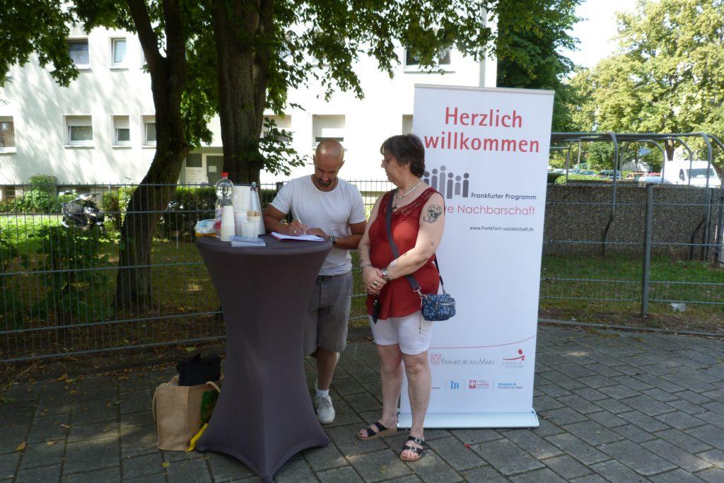 Quartiersmanager Bernardo Sprung befragt eine Bewohnerin der Sieringstraße