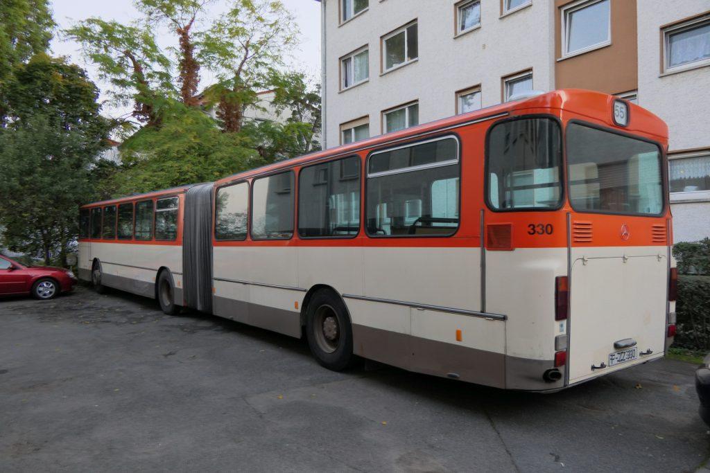 Gelenkbus Mercedes-Benz O 305 G in der Pfälzer Straße, Frankfurt-Unterliederbach