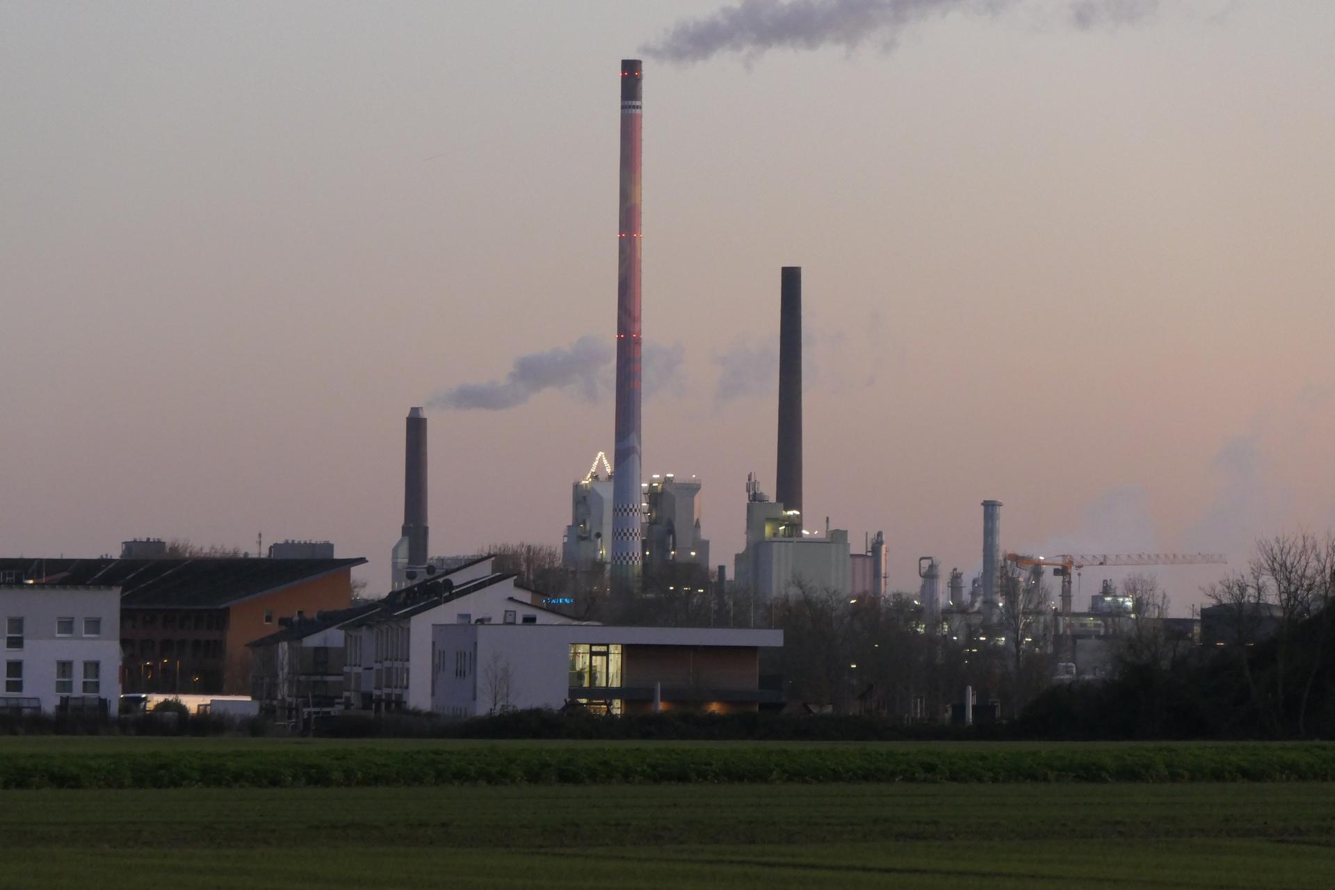 D582 im Industriepark Höchst hinter Hortensienring, Parkstadt Unterliederbach, Frankfurt am Main