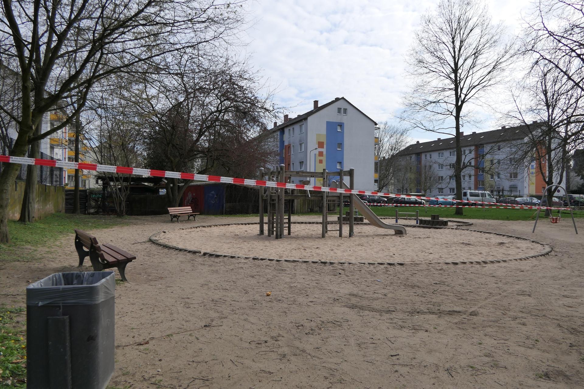 Gesperrter Spielplatz zwischen Euckenstraße und Grauer Stein in Frankfurt am Main Unterliederbach