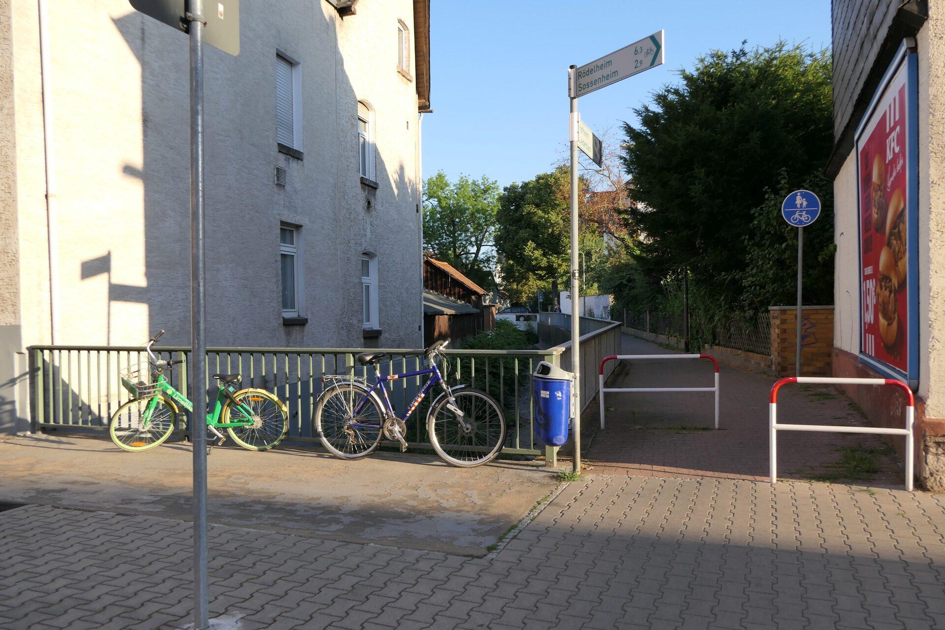 Wasgaustraße überquert Liederbach. Frankfurt am Main Unterliederbach
