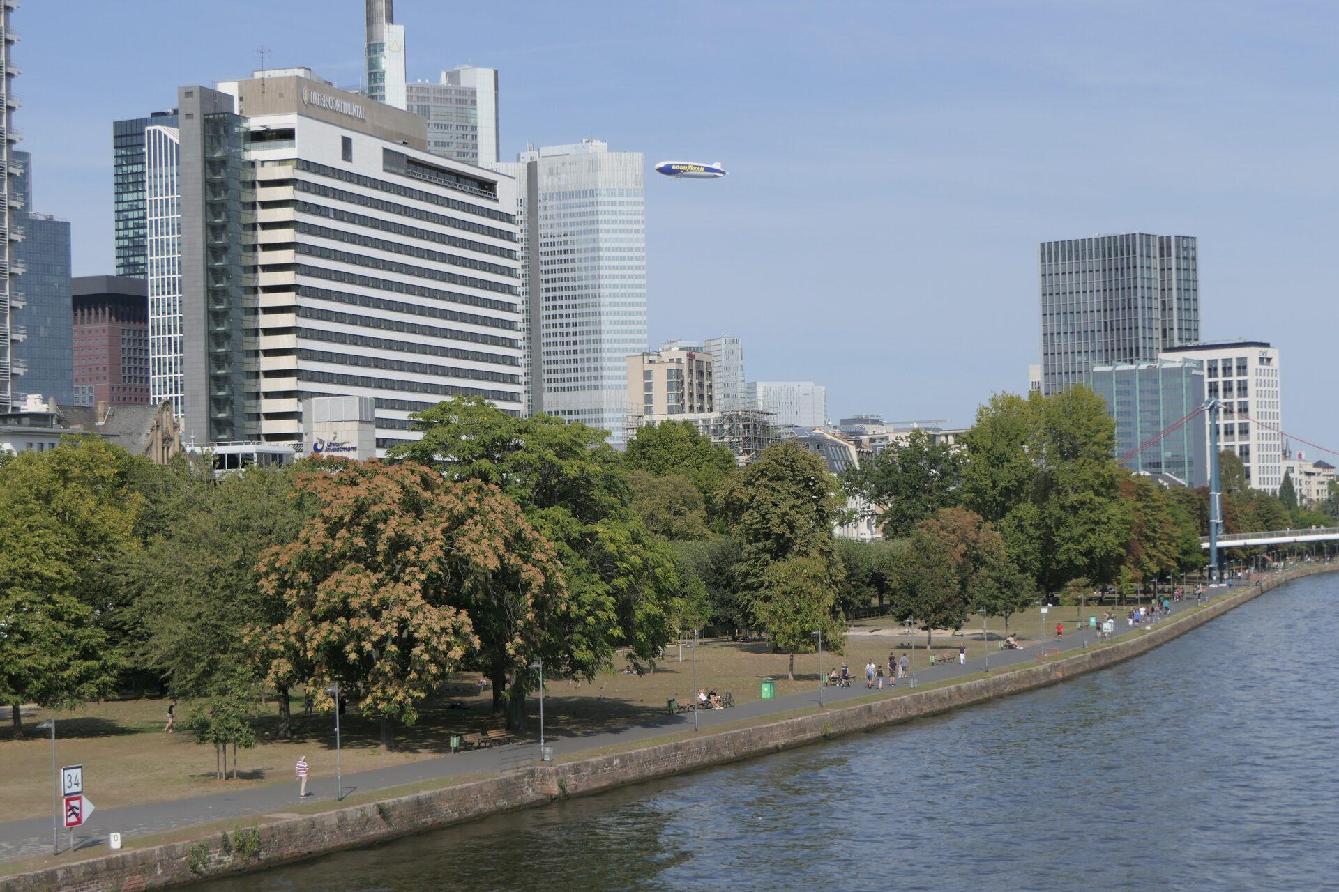 Frankfurt am Main, Mainufer mit Zeppelin NT bei einem Rundflug über der City